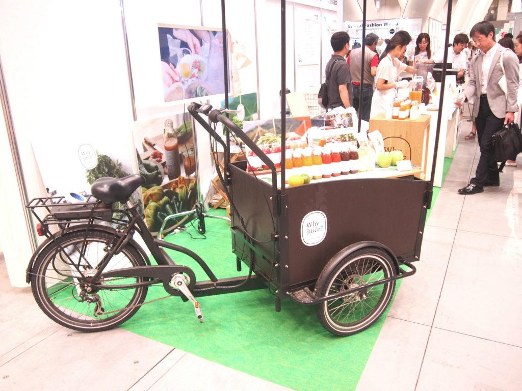フルーツジュースを乗せた自転車か三輪車
