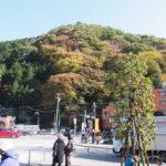 高尾山口駅前の山と紅葉
