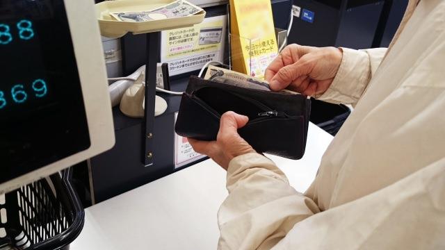 スーパーのレジと女性の手