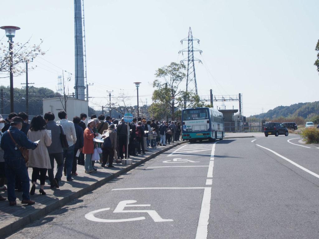 駅前のロータリーのバス