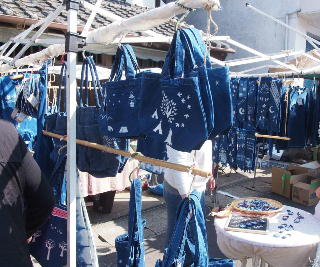 藍染のバッグと洋服
