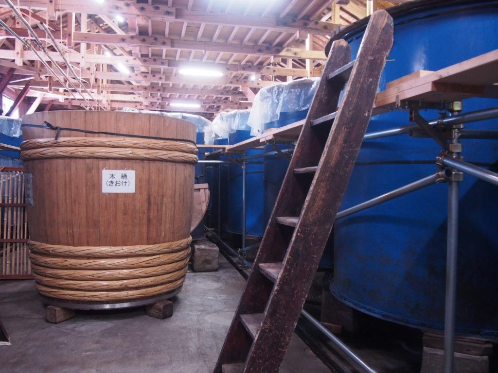 木桶と金属製のタンク