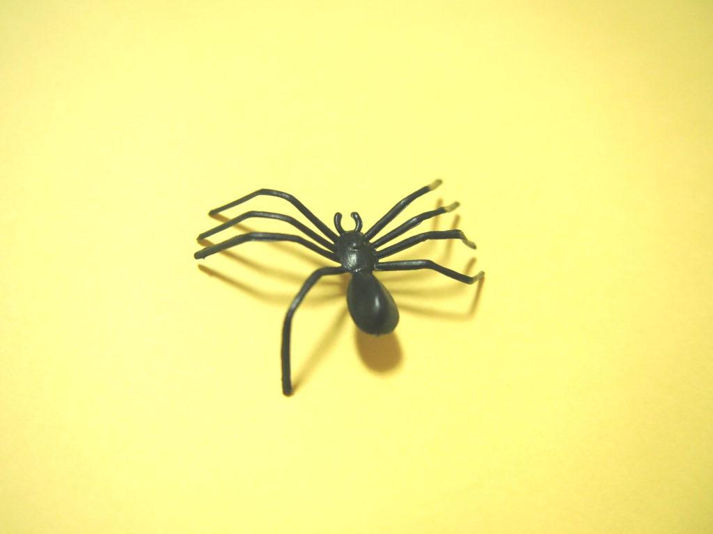 虫虫ゲッター練習用のおもちゃのクモ