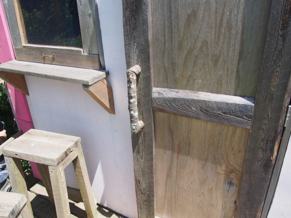 手作りの小屋のドア