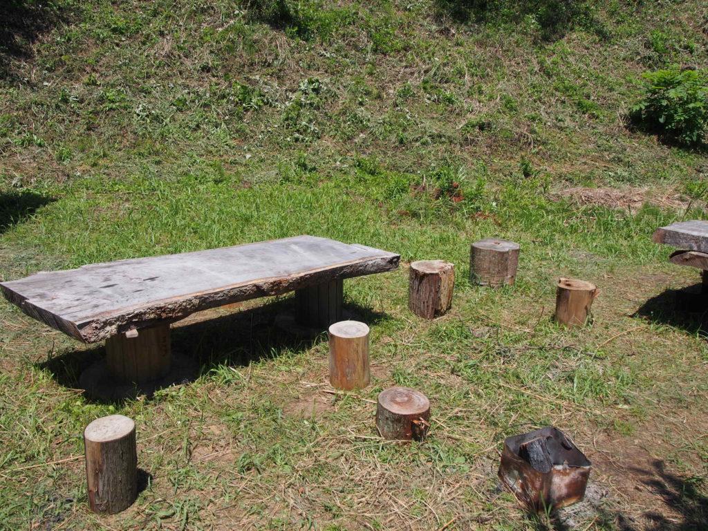 木のテーブルとイス
