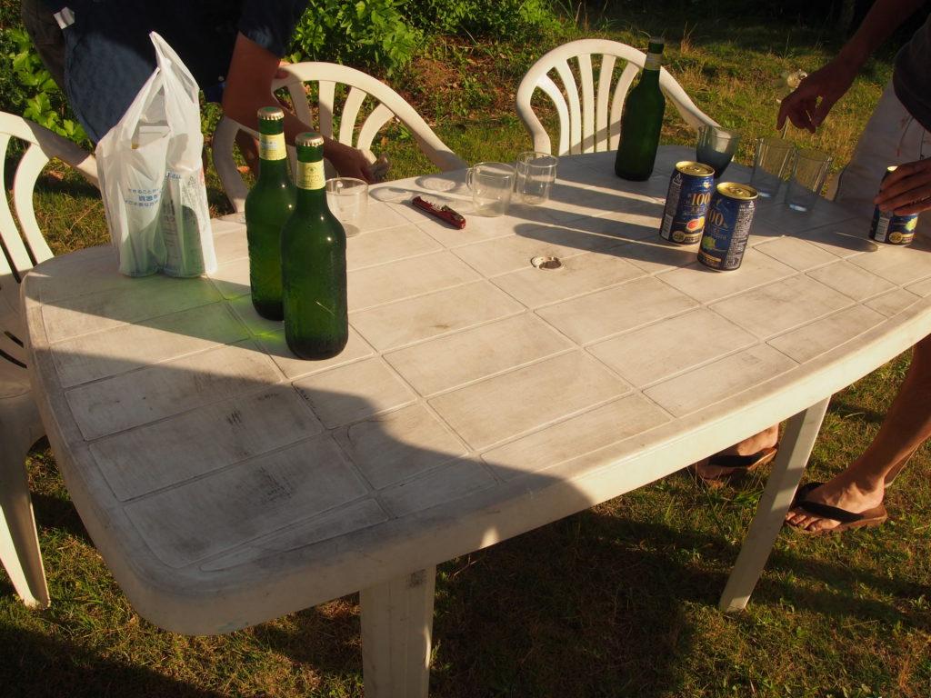テーブルとビール