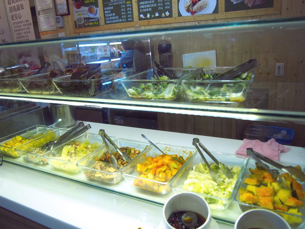 店内で調理された食べ物のディスプレイ