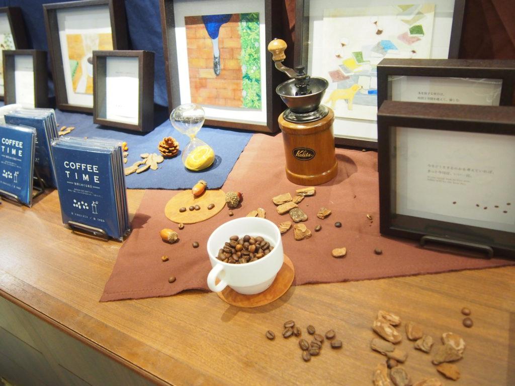 棚に展示されたコーヒー