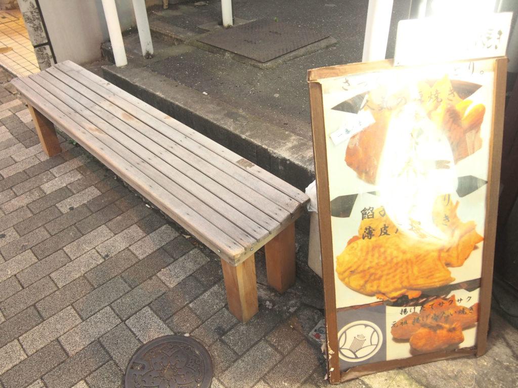木のベンチ