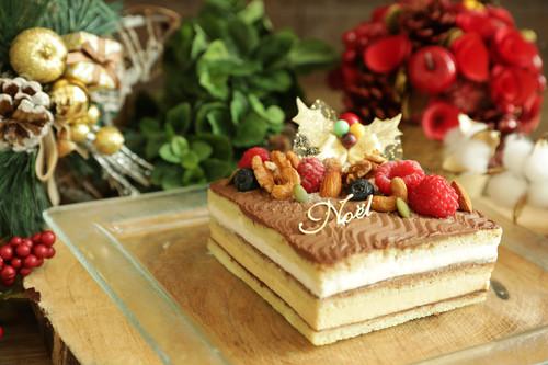 アーモンドプラリネとナッツのケーキ