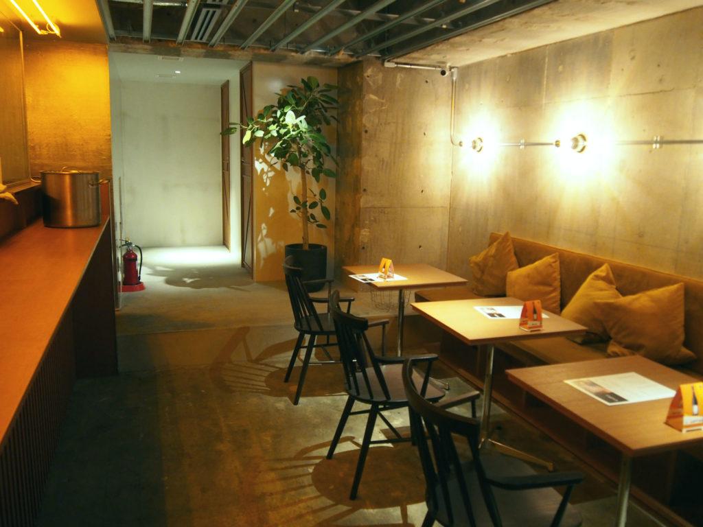 CAFE & Loungeのテーブル席