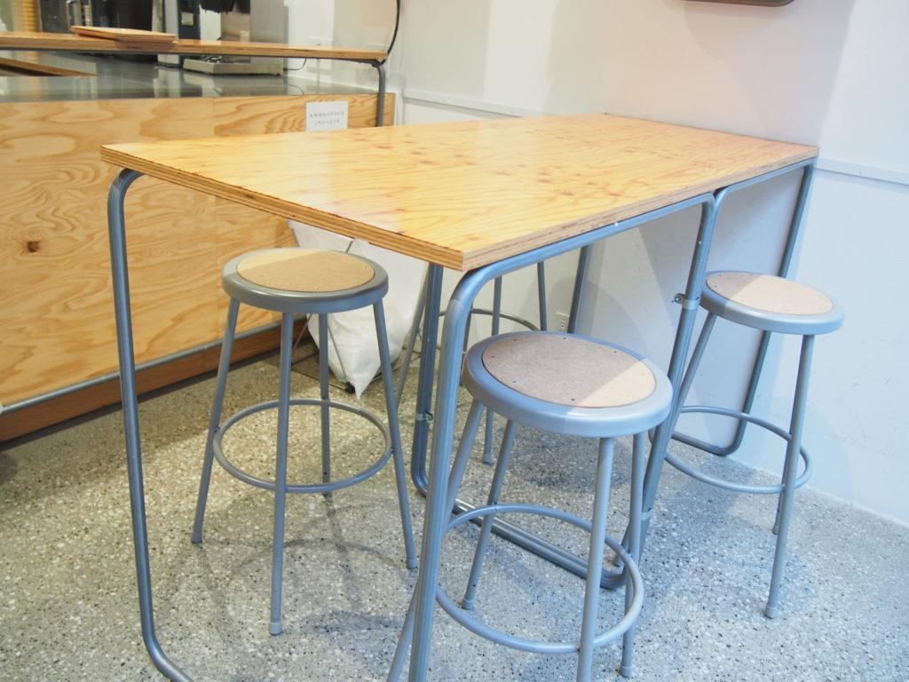 イートインスペースの4人がけのテーブル席