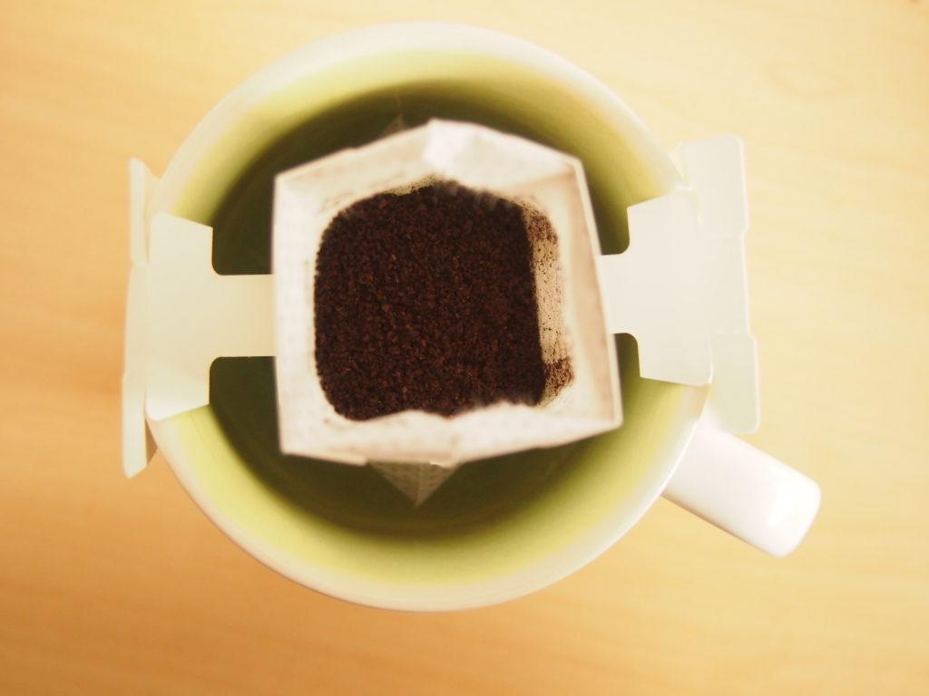 藤岡、珈琲をマグカップにセット