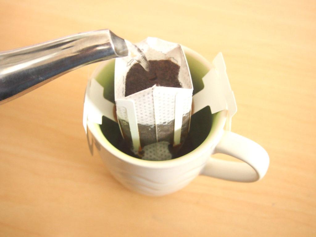 藤岡、珈琲にお湯を注ぐ