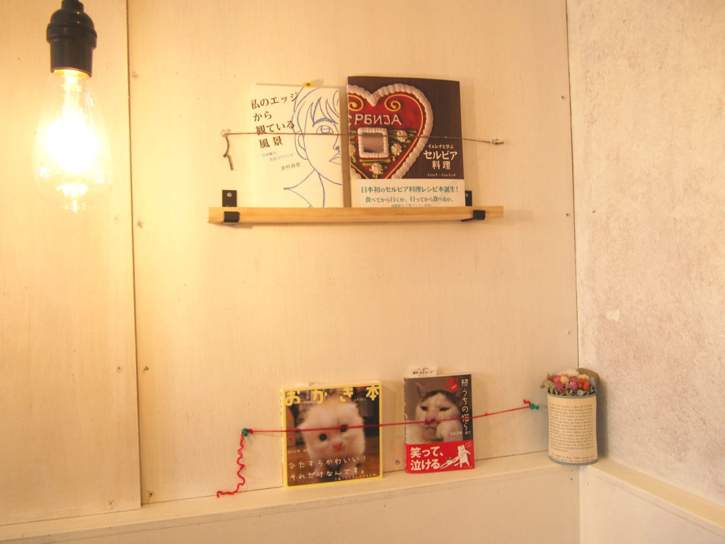 壁に設置された本