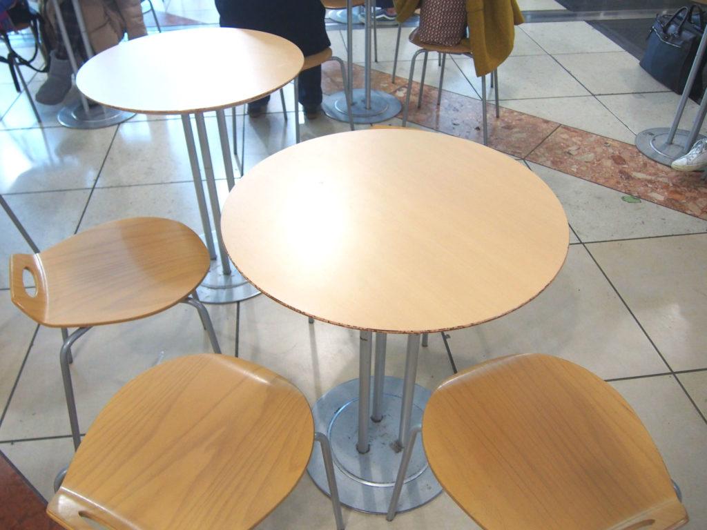 びゅうスクエアのテーブル席