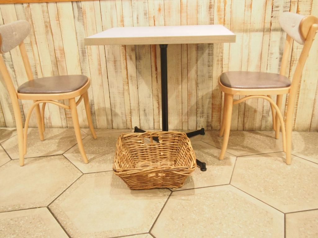 wired bonbonのテーブル席