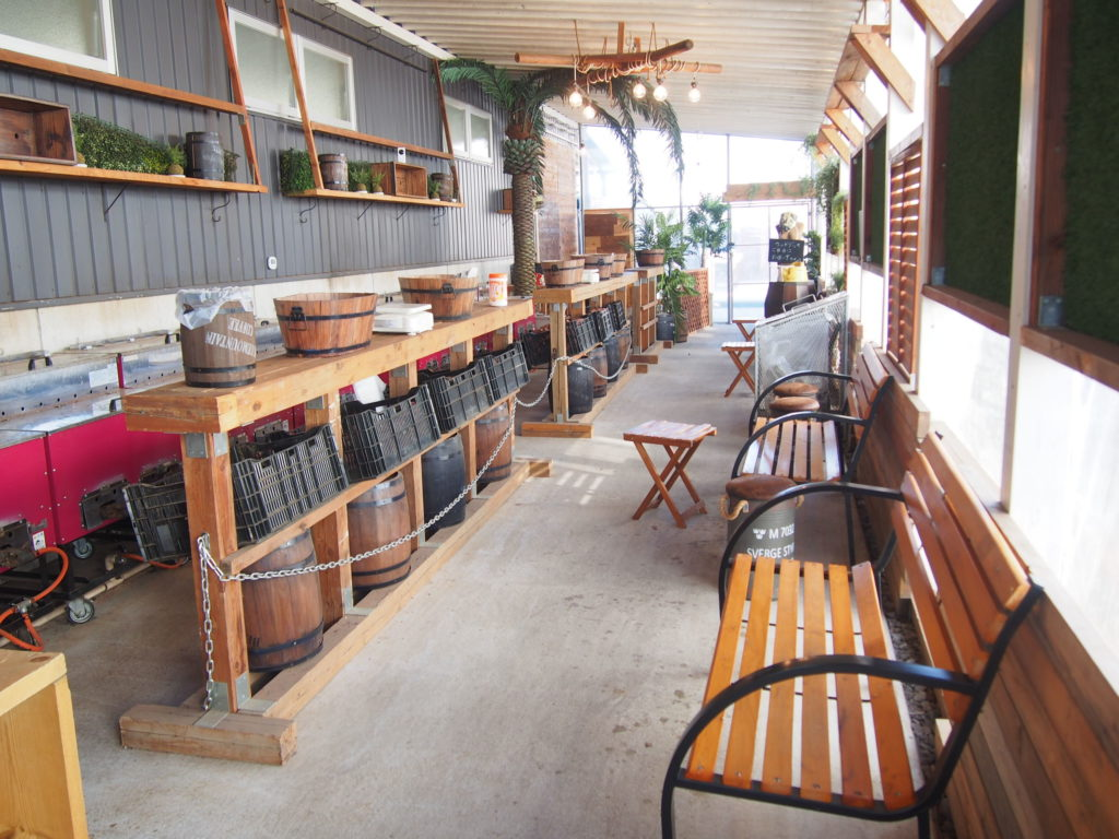 長椅子のベンチとテーブル