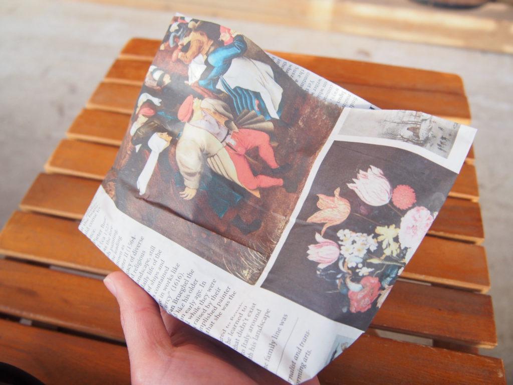 英字新聞に包まれた焼き芋