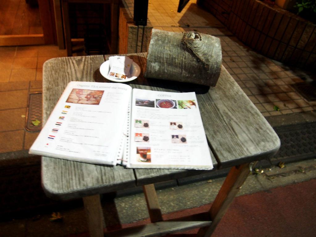 地球を旅するCAFE店頭のテーブル&メニュー