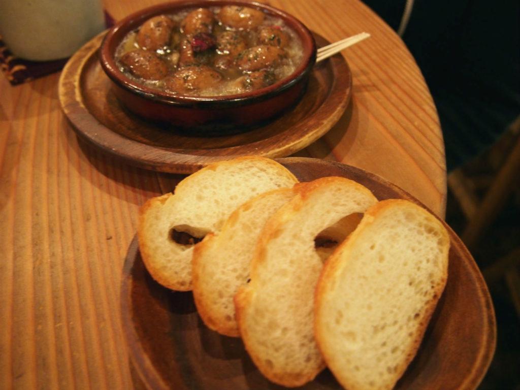 マッシュルームのアヒージョとパン