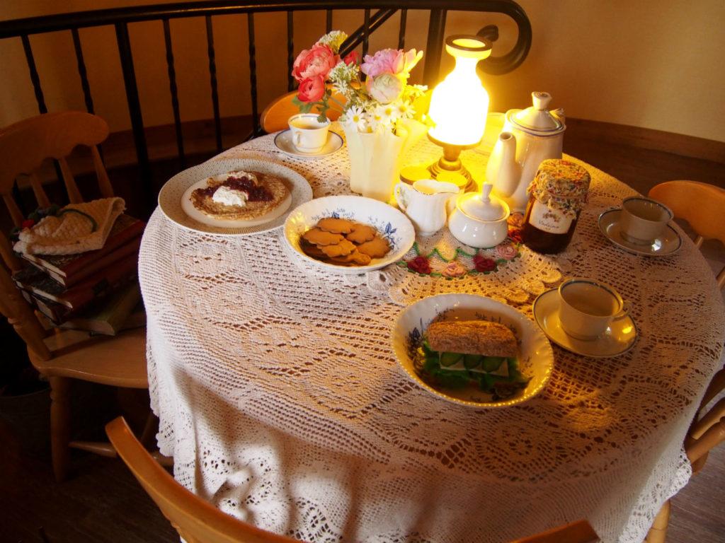 テーブルのパンケーキやクッキー