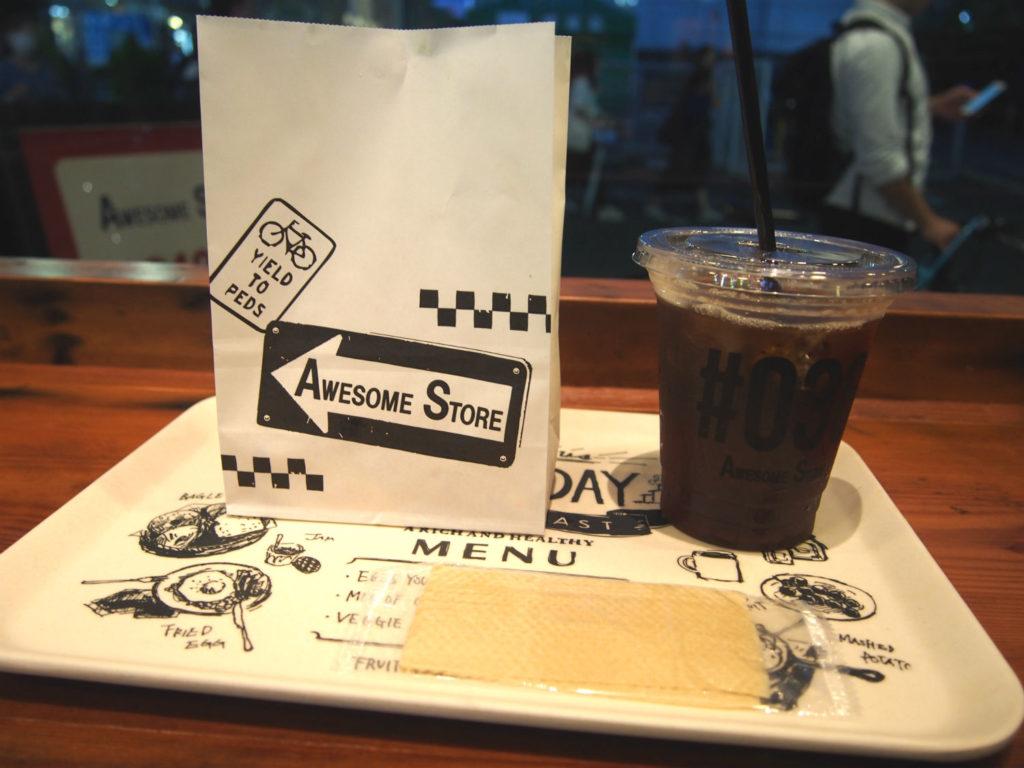 オーサムストアカフェのトレーとコーヒーとポテト
