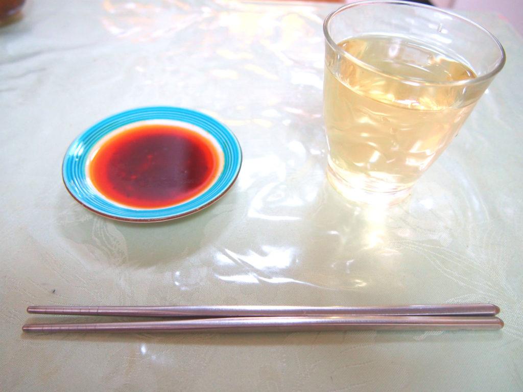 ステンレスのお箸と餃子のタレ