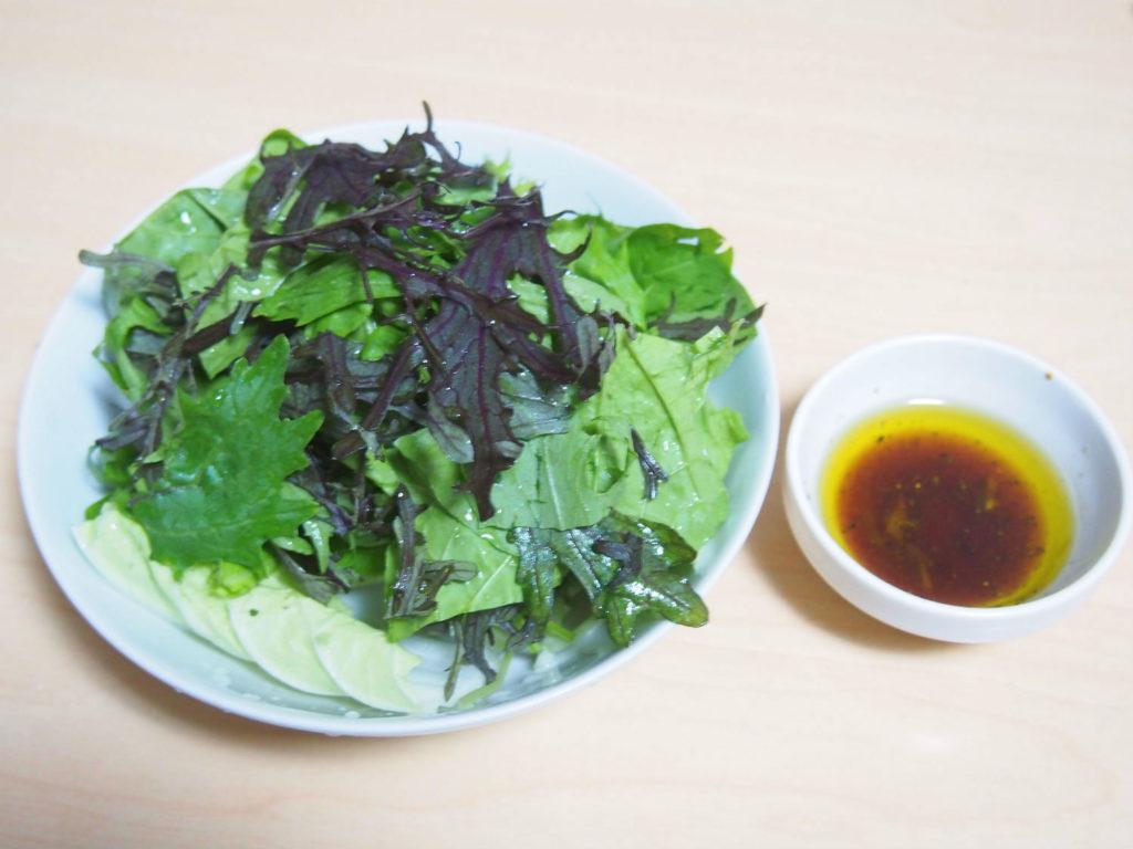 葉物野菜のサラダとドレッシング