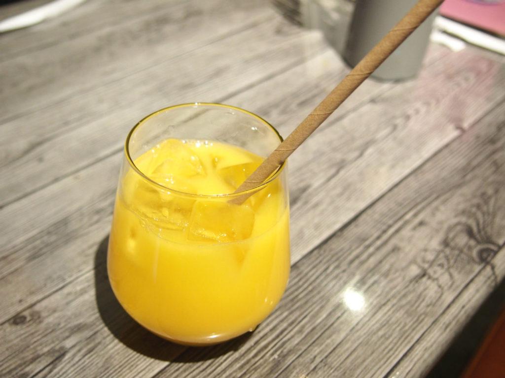 オレンジジュースと紙ストロー