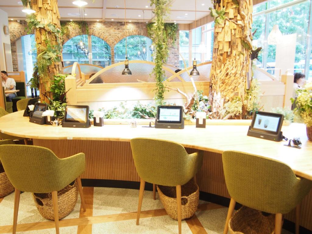 廃材を利用して作られた木とテーブル席